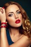 塑造特写镜头性感时髦白肤金发与红色嘴唇 库存图片