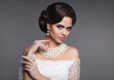 塑造珠宝 典雅的时髦的女人画象 减速火箭的头发 免版税图库摄影