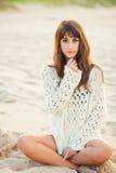 塑造生活方式,海滩的美丽的少妇在日落 免版税库存照片