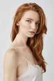 塑造看照相机的美丽的自然红头发人女孩画象  免版税库存照片