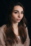 塑造秀丽妇女照片黑暗的背景的 图库摄影