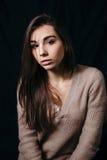 塑造秀丽妇女照片黑暗的背景的 免版税库存图片