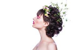 塑造秀丽有一个花冠的式样女孩从在头发的花 创造性的发型构成 库存图片