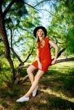 塑造穿时兴的夏天衣裳的年轻壮观的妇女照片  库存图片