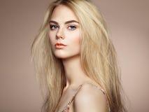 塑造端庄的妇女画象有壮观的头发的 库存图片