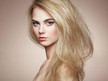塑造端庄的妇女画象有壮观的头发的 免版税图库摄影