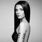 塑造端庄的妇女画象有壮观的头发的 免版税库存图片