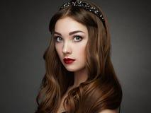 塑造端庄的妇女画象有壮观的头发的 图库摄影