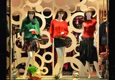 塑造精品店与时装模特的橱窗,商店销售窗口,商店窗口前面  免版税库存图片