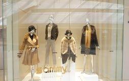 塑造精品店与时装模特的橱窗,商店销售窗口,商店窗口前面  免版税图库摄影