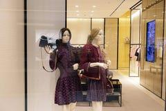 塑造精品店与时装模特的橱窗,商店销售窗口,商店窗口前面  免版税库存照片