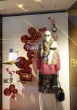 塑造精品店与时装模特,商店销售窗口,商店窗口前面的橱窗  库存照片