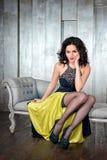 塑造美丽的夫人照片典雅的晚礼服的与与红色嘴唇的明亮的在最低纲领派的构成和发型 图库摄影
