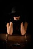 塑造美丽的夫人照片典雅的黑帽会议的 免版税库存照片