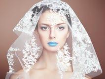 塑造美丽的妇女照片在白色面纱下 库存图片