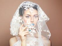 塑造美丽的妇女照片在白色面纱下 免版税库存图片