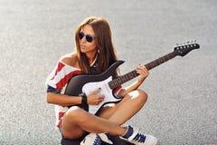 塑造美丽的妇女画象有电吉他的 库存照片
