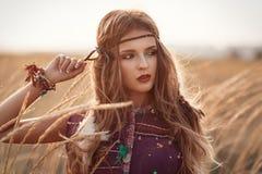 塑造美丽的嬉皮妇女画象在日落夏天 免版税库存照片