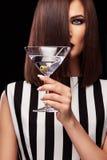 塑造美丽的小姐演播室照片有马蒂尼鸡尾酒玻璃的在黑背景 完善的面孔构成 秀丽构成 免版税库存图片