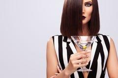 塑造美丽的小姐演播室照片有马蒂尼鸡尾酒玻璃的 完善的面孔构成 秀丽构成 免版税图库摄影