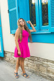 塑造美丽的少妇室外照片有穿典雅的桃红色礼服的金发的摆在户外 免版税库存图片