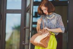 塑造美丽的少妇照片有袋子的 图库摄影