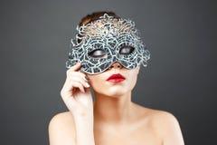 塑造美丽的性感的女孩照片面具的 库存照片