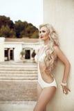 塑造美丽的白肤金发的妇女画象有长的波浪发的, m 免版税库存图片