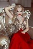 塑造美丽的肉欲的白肤金发的妇女室内画象有ma的 免版税图库摄影