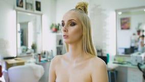 塑造美发师,生成顶面模型的一个图象 她为一场照片写真或时装表演准备着在狭小通道 影视素材