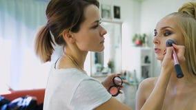 塑造美发师,生成顶面模型的一个图象 她为一场照片写真或时装表演准备着在狭小通道 股票视频
