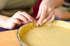 塑造脆皮馅饼的贝克 免版税库存图片