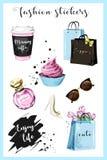塑造计划者与咖啡杯、购物袋、香水、鞋子、太阳镜、花、杯形蛋糕和口号贴纸的女孩贴纸 图库摄影