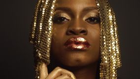 塑造超现实的神奇黑非裔美国人的女性模型特写镜头画象与金黄faceart和大光滑的 影视素材