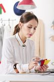 塑造选择颜色的一个创造性的工作区的妇女博客作者。 库存照片