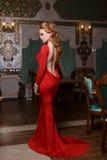 塑造年轻壮观的性感的妇女画象红色礼服的 免版税图库摄影