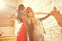 塑造戴太阳镜的画象美丽的年轻性感的妇女的 库存照片