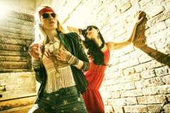 塑造戴太阳镜的画象美丽的年轻性感的妇女的 免版税库存照片