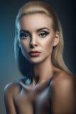 塑造年轻美丽的妇女演播室画象黑暗的背景的 图库摄影
