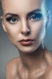 塑造年轻美丽的妇女演播室画象黑暗的背景的 免版税库存照片