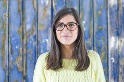 塑造年轻行家妇女,减速火箭的styl画象戴眼镜的 免版税库存照片