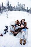 塑造说谎在白色雪冬天背景fisheye的妇女 库存图片