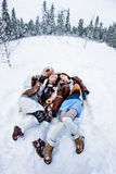 塑造说谎在白色雪冬天背景fisheye的妇女 库存照片