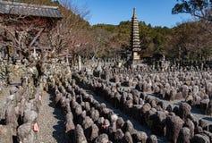 塔、寺庙和Adashino Nenbutsu籍许多雕象在Arashiyama竹子森林附近的, 免版税库存照片