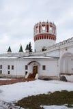 塔、Novodevichy女修道院的墙壁和房间的看法 莫斯科 俄国 免版税库存照片