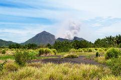 塔乌鲁火山火山,腊包尔,巴布亚新几内亚 免版税图库摄影