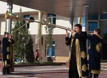 塔什干乌兹别克斯坦- 2011年12月9日:播放karnay的传统长袖衣服的音乐家人 免版税图库摄影