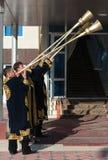 塔什干乌兹别克斯坦- 2011年12月9日:播放karnay的传统长袖衣服的音乐家人 库存图片