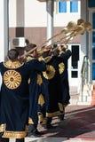 塔什干乌兹别克斯坦- 2011年12月9日:播放karnay的传统长袖衣服的音乐家人 库存照片