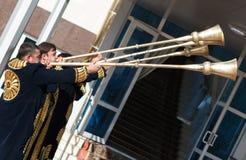 塔什干乌兹别克斯坦- 2011年12月9日:播放karnay的传统长袖衣服的音乐家人 免版税库存图片